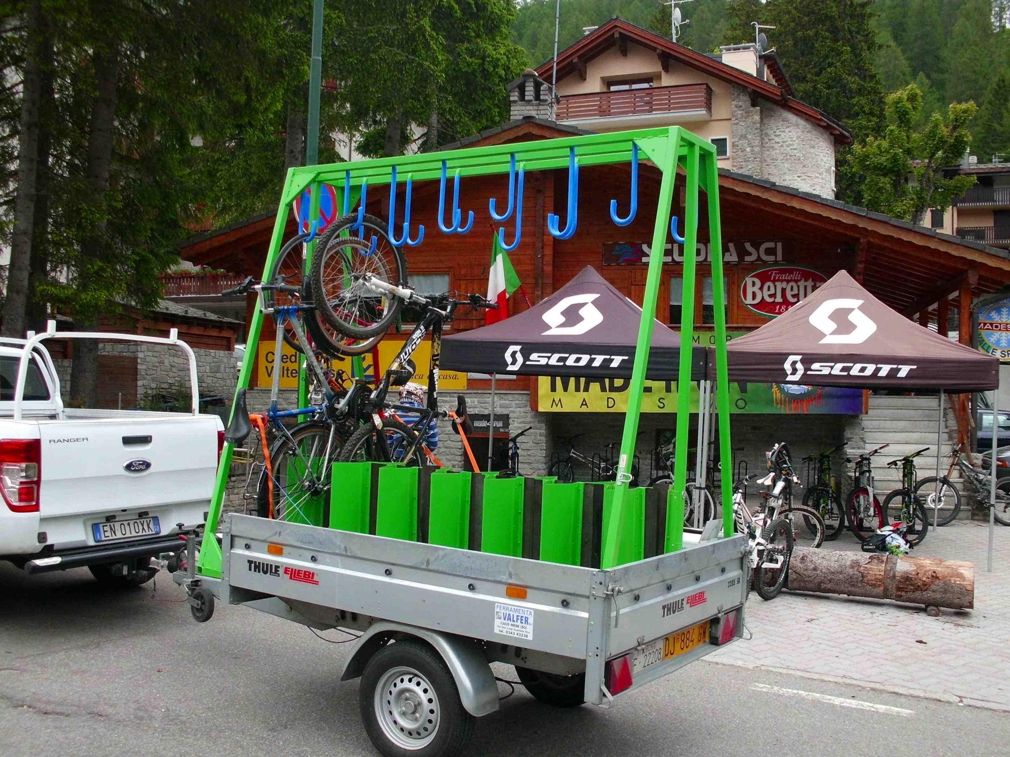 Carrello porta biciclette – Boiserie in ceramica per bagno